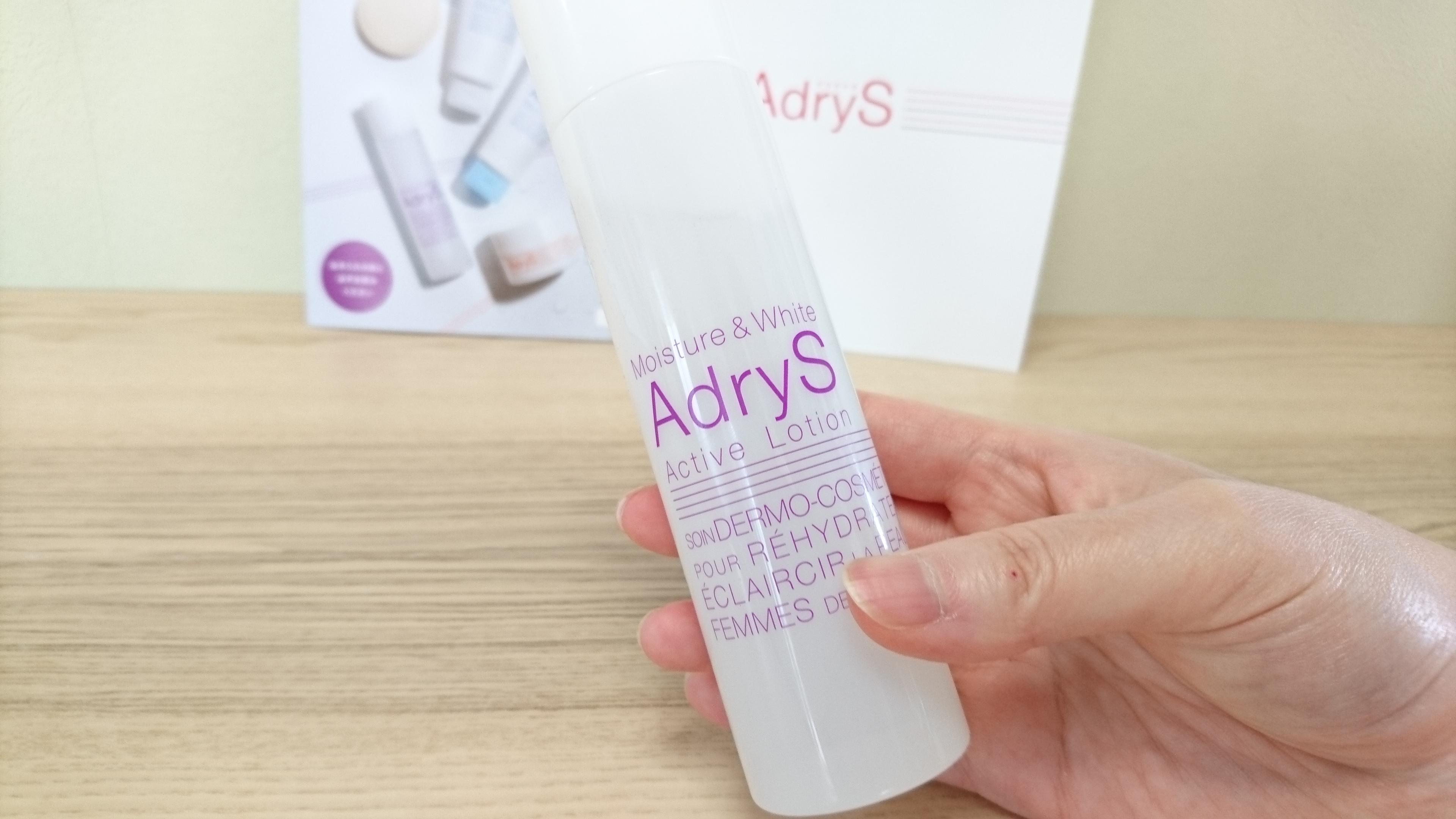 大正製薬アドライズ(AdryS)アクティブローションを持つ右手